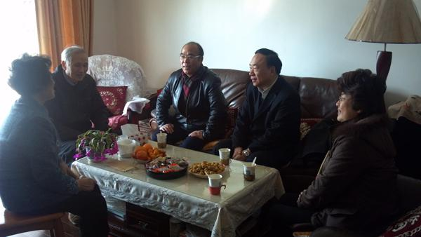 On Jan. 19, 2012, the bureau-level inspector of the Municipal Health Bureau Wang Panshi, Deputy Director of Shenkang Hospital Center Zhuge Lirong and Deputy Secretary of the Party Committee of the Hospital Chen Minsheng visited the retired bureau-level leader.)