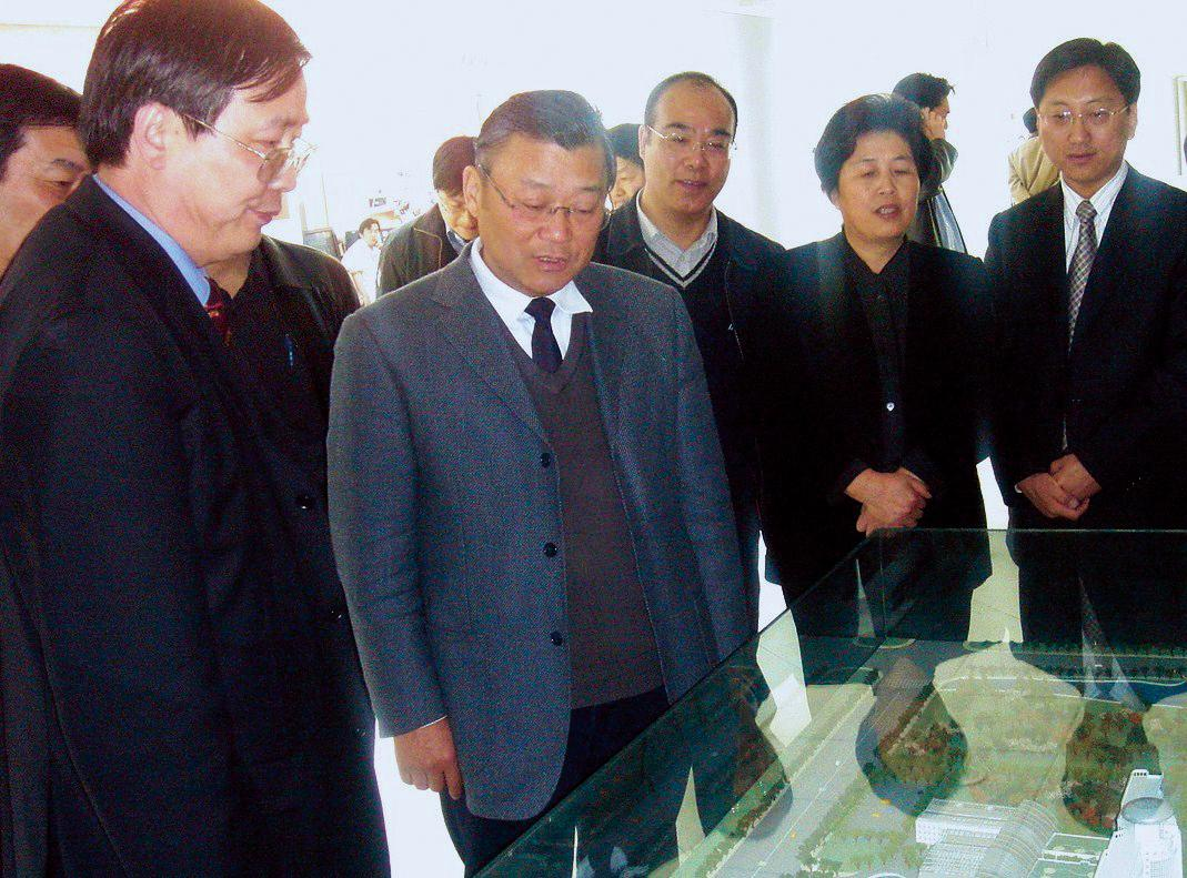 On Apr. 3, 2007, Secretary of Songjiang District Committee Sheng Yafei (second on the left) and then Deputy Mayor of the District Zhou Xuedi (second on the right) visited Southern Branch of our hospital.)