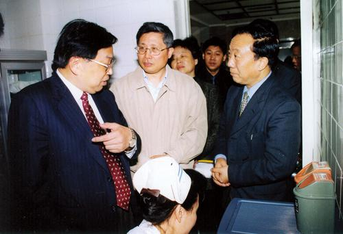 On Apr. 24, 2002, then Chairman of Municipal Committee of CPPCC Jiang Yiren (first on the left) visited our hospital.)