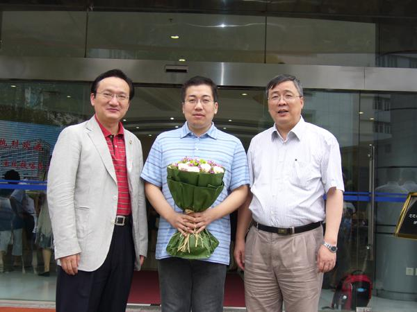 On Jul. 7, 2012, Director of Municipal Health Bureau Xu Jianguang and other leaders saw off Doctor Cai Xun of Oncology Department and Wu Xiaofeng of Orthopaedics Department to provide assistance for Kashgar Prefecture Second Peoples Hospital.)