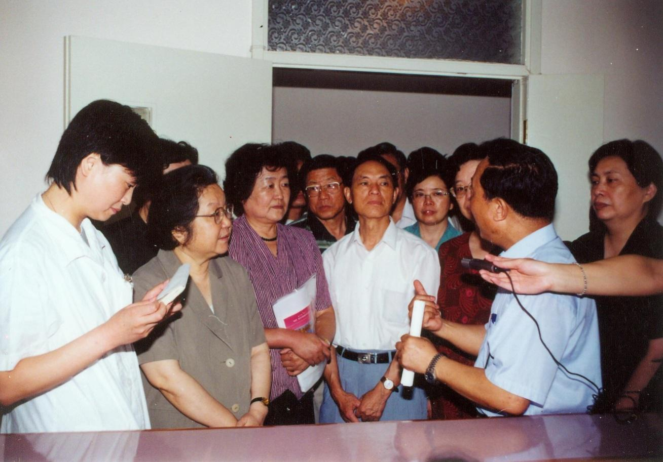 In 2003, then Director of the Standing Committee of NPC of Shanghai Municipality Chen Tiedi (second on the left) visited our hospital.)