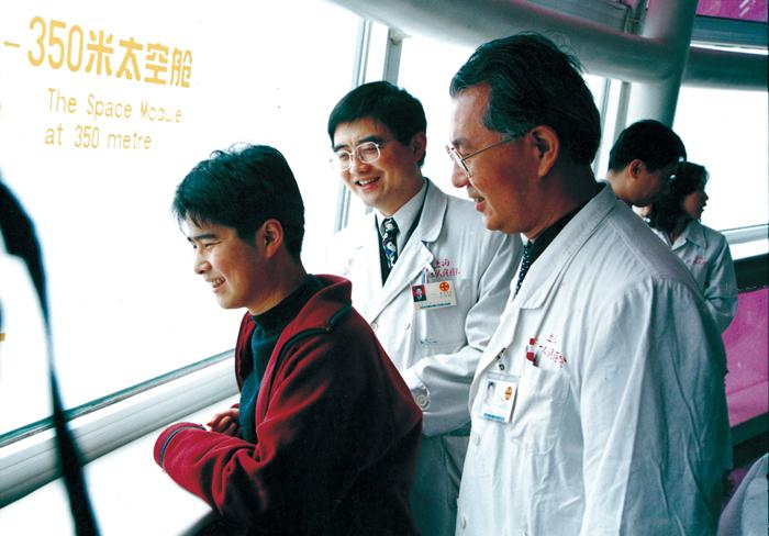 In Apr. 2000, a successful heart transplantation surgery performed in our hospital. The patient after surgery survives the longest time in Shanghai.  )