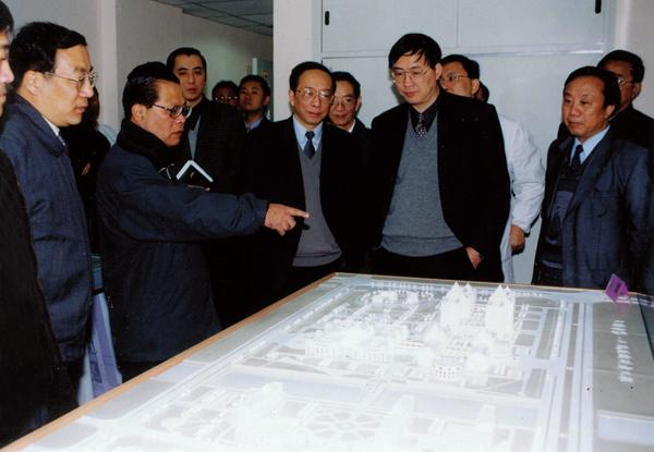 On Jan. 5, 2006, then Director of the Standing Committee of NPC of Shanghai Municipality Gong Xueping (second on the left), then Deputy Mayor Yang Xiaodu (first on the left) and then Secretary of the Party Committee of Health Bureau Chen Zhirong and Director of the Development Center of Shenkang Hospital Chen Jianping (first on the left the back row) visited the Southern Branch of our hospital which was just completed.)