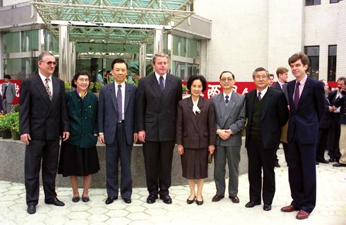 On Apr. 3, 1993, Premier of Austrian Government Wranitzky (fourth on the left), then Minister of the Ministry of Health Chen Minzhang (third on the right), Deputy Mayor of Shanghai Municipality Sha Lin (third on the left) and Director of Municipal Health Bureau Wang Daomin (second on the right) visited the International Health Care Center of our hospital.)