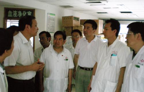 On May 26, 2008, Deputy Minister of the Ministry of Health and Director of the State Administration of Traditional Chinese Medicine Wang Guoqiang (second on the left) e visited the medical earthquake relief team members of our hospital in Mianyang of Sichuan.)