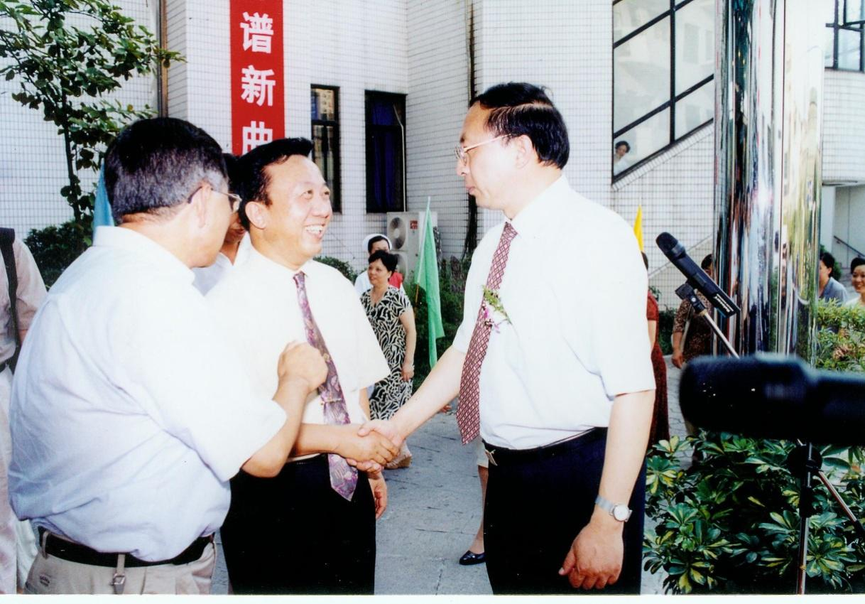 On Aug. 23, 2002, Xie Shengwu (first on the right), then-President of Shanghai Jiao Tong University attended the Unveiling Ceremony of the Affiliated No. 1 Peoples Hospital of Shanghai Jiao Tong University which carries the name of our hospital.)